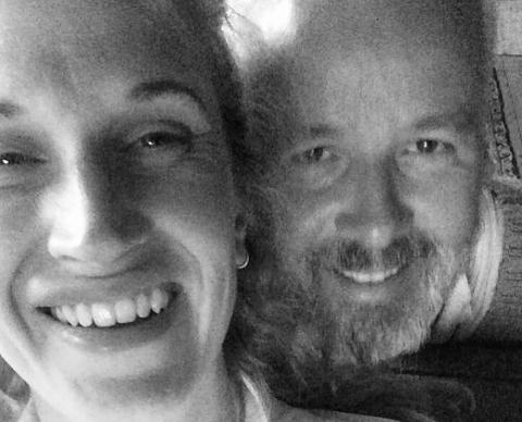 ÅPNER OPP: Ebba Rysst Heilmann forteller om kjæresten Ari Behn i en ny podkast av NRK.