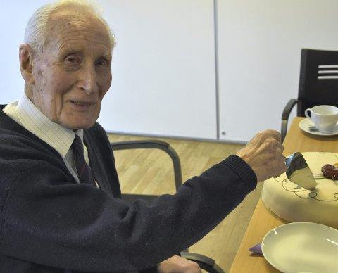 TAKKET AV: Aasmund Stenstrup ble hedret med tale og kake etter at han ledet sitt siste møte som leder av Eldrerådet forrige uke.