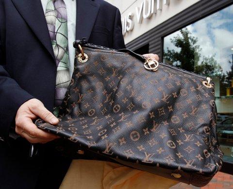 PIRAT-KOPI: En tromsømann kjøpte en falsk Louis Vuitton-veske på nett, og fikk medhold i klagen i Forbrukertvistutvalget. Pirat-kopier er et stort internasjonalt problem. Dette bildet viser en falsk Louis Vuitton-veske i USA, kjøpt på et kinesisk nettsted. Foto: Reuters