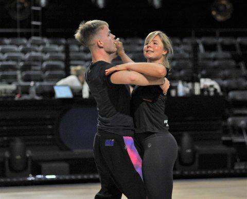 FORSMAK: Maren Lundby og Philip Raabe har jobbet mye med Quickstep-dansen de skal fremføre lørdag. Her fra parkettprøven torsdag.