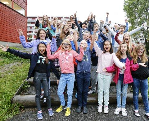 VANT: Daværende 5A, nå 6A, ved Vevelstadåsen skole gikk til topps i forsommerens Aksjon Burot i Ski kommune. Avdelingsleder Rannveig Renolen (til høyre bakerst) for folkehelse og friskliv i Ski kommune overrakte førsteprisen på 4.000 kroner.
