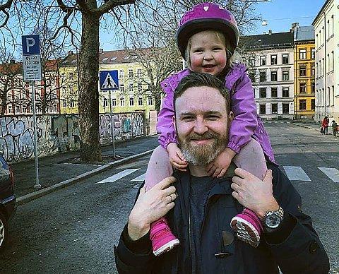 PÅ FLYTTEFOT: Pappa Raymond Kristiansen med datteren Theoline, er på vei bort fra Gamlebyen i Oslo og har ute følere i Ski.