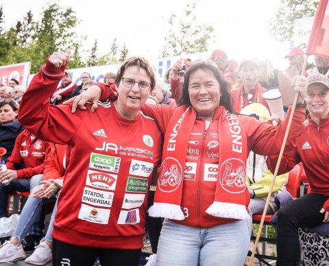 TROFASTE FANS: Mona Lund og Gunnel Axelsson Lillestu var selvsagt på tribunen sammen med Jervhiet, slik de alltid er.
