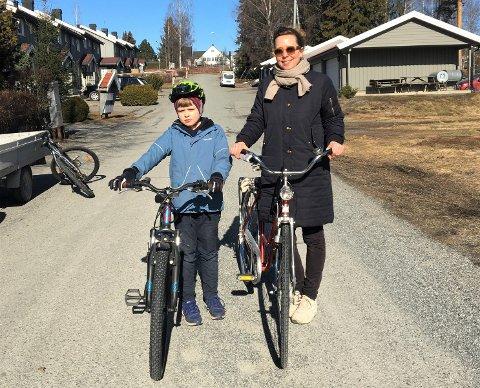 NY HVERDAG: Elise Kristensen har hjemmekontor, men tok seg fredag litt fri til å ta en sykkeltur med sønnen Haakon Ferdinand Lindtner (8).