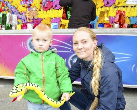 Vant: Lene Marie Haustreis Jensen og sønnen Johannes Haustreis Abelsen koste seg på tivoli på lørdag. Johannes vant en tøyslange ved en av bodene.Foto: Lisa Ditlefsen