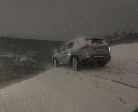 BRÅBREMS: Ole-Kristian Viken fikk stanset bilen på skredkanten. I bakgrunnen kan man se skredområdet han og kona holdt på å falle ut i.