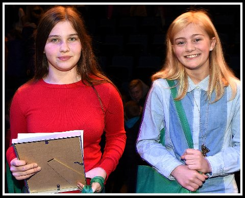 På skrivepallen: Nadia Wiktoria Pelchen (til venstre) og Milla Kitterød tok henholdsvis tredje- og førsteplass i årets skrivekonkurranse.