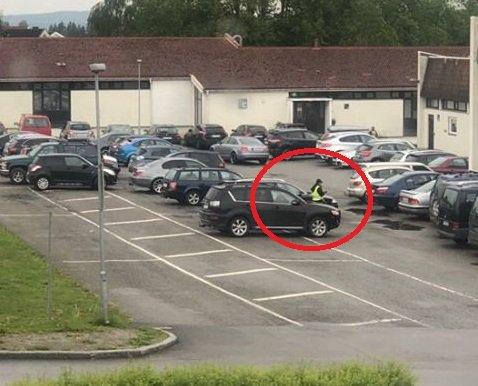 Chatrine Krogstad mener at ingen burde fått bot i dag ettersom det er en spesiell dag på skolen. Kommunen derimot mener at de parkerte bilene kunne ført til trafikkfarlige situasjoner. Derfor ble bilistene bøtelagt.
