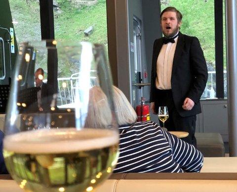 FLYTANDE KONSERT:  Tenor Johan Olsson syng her på den flytande konsertscena, men vonleg ikkje i så høge tonar at glaset sprakk og boblene rann ut.