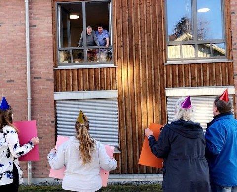 - RØRT: Hilde Mari H Skaret, Jannicke Emilie Skaret, Mette Stangeby og Torbjørn Gaasdalen synger og feirer Arvid Haugdals 85-årsdag. Her får jubilanten hjelp til å komme seg opp i vinduskarmen av sykepleieren. foto: privat