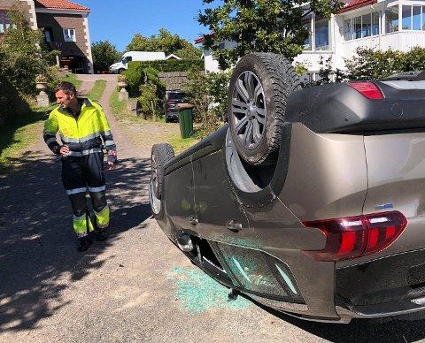 PÅ TAKET: Det gikk heldigvis bra med kvinnen som kjørte og hennes venninne. Bilen gikk det imidlertid verre med – den må trolig kondemneres etter velten.
