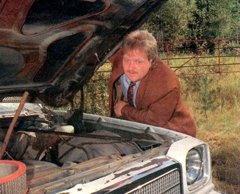 UERSTATTELEG: Startbilen til travselskapet, ein spesialbygd 74-modell Chevrolet er øydelagt av pøblar. Torgeir Bakken er skuffa, og seier saka er anmeldt. Truleg vil det koste minst 100.000 kroner å reparere bilen,