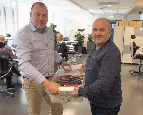 Daglig leder Tore Volden i Videoverkstedet (til venstre) og rådgiver Stein Erik Sveum i Posten med en av de mange kassene med mikrofiche. Foto: Videoverkstedet