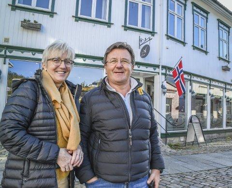 Eiere: Anny Grethe og Tor Arne Hauge kjøpte Hovedgata 39 i 2015. Nå ønsker de nye leietakere eller kjøpere.Foto: Mette U. Storm