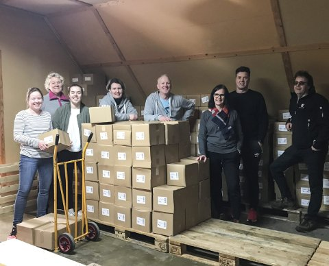 Mange kasser: Her er de voksne deltakerne i dugnadsgjengen til Vegårshei idrettslag med kassevis av bøker,