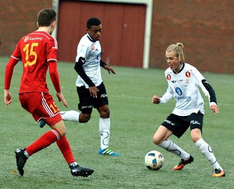 Ser fremover: Andreas Rosendal Nyhagen (med ballen) har hatt mange gode kamper for Valdres FK. Nå er unggutten klar for rekruttlaget til Strømsgodset. Bildet er fra 2016-sesongen, når Valdres møtte Årdal borte.