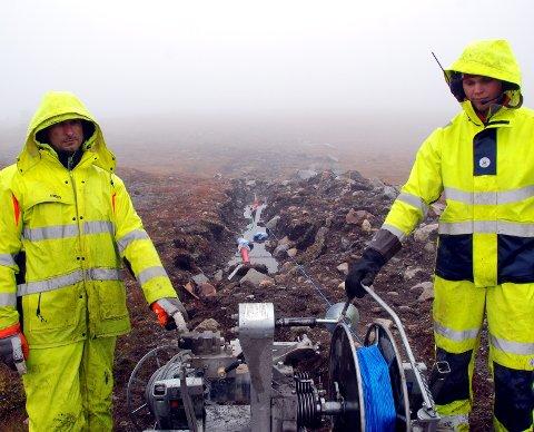 I alle slag vêr: Rimantas Citavicius (t.v.) og Haakon Rudi Rogne i gang med å vinsje gjennom eit tau som førebuing til å få drege gjennom straumkabelen som skal opp til toppen av Valdresflye.