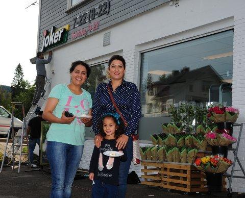 FØRST UTE: Wahide Khodadady og Shadi Maroufi med datteren, var blant de aller første kundene under åpningen torsdag formiddag.
