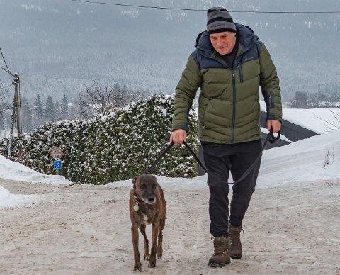 EN TROFAST DUO: I 1991 anskaffet fysioterapeut Gudmund Hoksvold sin første hund. Cosmo er den tredje hunden som trofast har fulgt sin herre på de daglige vandringene fra hjem til jobb.