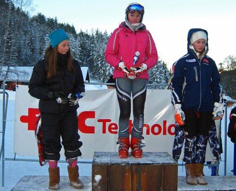 JANUAR 2010: Thea Louise Stjernesund (i midten) er 13 år og har vunnet et slalåmrenn på Kongsberg rett etter at hun kom til Hakadal IL.