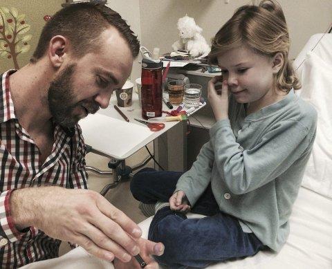 Støtte: Angelica (10) og familien setter stor pris på all hjelp og støtte. Her har Angelica fått besøk av storebror Kenneth på sykehuset. Foto: privat