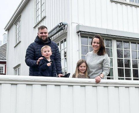 Erik Slåen, Mari Svee og barna Pernille og Theodor må utsette hytteturen.