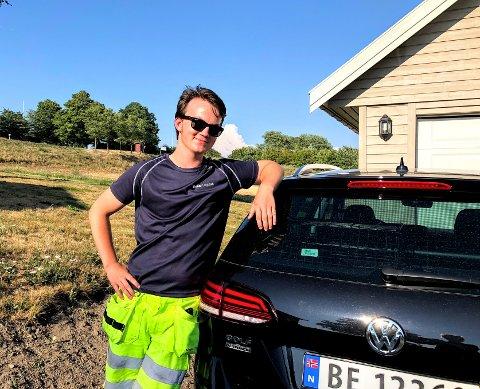 Skinnende reint: Her poserer Sander foran en Volkswagen Golf fra Møller Bil. Denne er ikke hos Møller klargjøring på Bekkelagskaia, men hjemme i Vestbygda. I følge Sander hadde den trengt en real pussing før den hadde blitt godkjent av Møller logistikk.