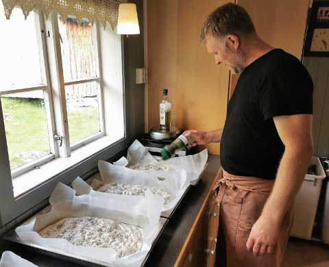 Travelt: Eystein Opdøl hadde det svært travelt med å få ferdig brødbakinga midt oppi middagslaginga fredag ettermiddag. - Det hadde vore greit med nokre fleire timar i dette døgnet, sukkar han, men garanterer for maten til gjestane.