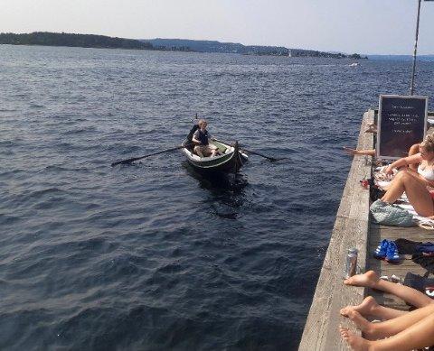 ENDELIG HJEMME: Sindre Thorgeir Fjeldstad ror båten hjem til Bjørvika.
