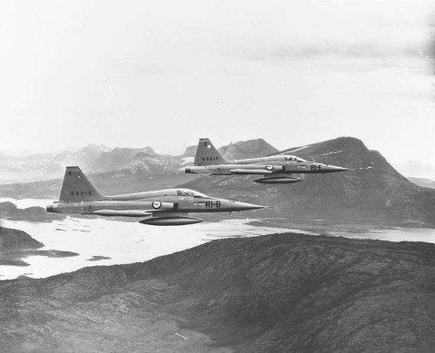 Begge jagerflyene på dette bildet tilhørte 334-skvadronen på Bodø flystasjon. Det bakerste flyet var det som havarerte.