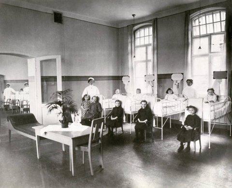Epidemiske og dødelige sykdommer som difteri, skarlagensfeber og tyfoidfeber rammet                        særlig barn og unge. Her ser vi barn og sykepleiere på epidemisk avdeling på Haukeland sykehus.