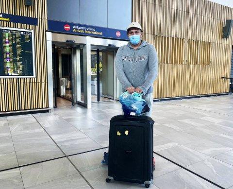 Martin Bødtker (21) priser seg lykkelig over å være fullvaksinert, med et koronasertifikat i hende. For vennene hans bød nye innreiseregler på utfordringer.