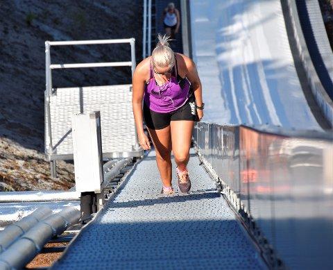 FULL KONTROLL: I varmen. Heidi Frydenlund (31) nærmer seg Vingen - etter jevn og god jobbing i trappene i 28 varmegrader.