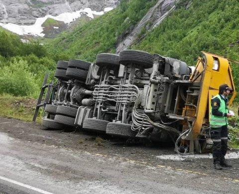 ULYKKE: Ein lastebil velta  utanfor Fjærlandstunnelen, på Jølster-sida, torsdag formiddag.