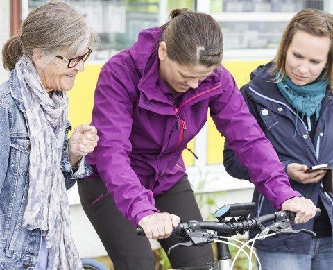 Kamp: Bjørg Aasberg følger spent med på om datteren Janeth slår hennes 85 watt på sykkelsetet.Alle foto: Ragnar Bøifot
