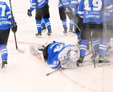 GLEDE: Keeper Oscar Frøberg kastet seg ned på isen i pur glede etter seieren over Frisk Asker.