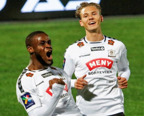Ørns målscorere Gustav Sving Helling og Mustapha Fofana kan juble etter Mustaphas lekre 2-0-scoring mot Mjøndalen i mandagens bortekamp.