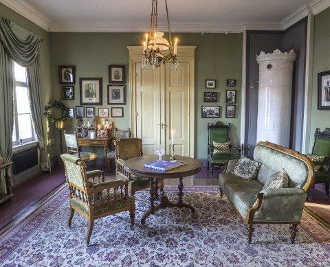 Det grønne rommet: Den ene salongen ble oppkalt etter arkitekt Schüssler av stiftelsen på 90-tallet, og         bærer navnet «Schüssler-stua». Her finner man bilder fra byggmester Schüsslers familie, liv og virke. Interiøret er tidstypisk 1880-tallet.
