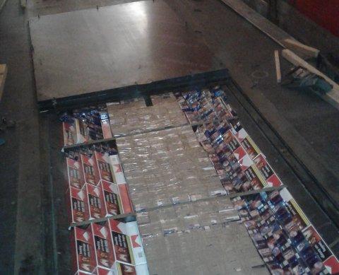 I GULVET: Tollerne fant store mengder sigaretter skrudd inn i gulvet på tilhengeren.