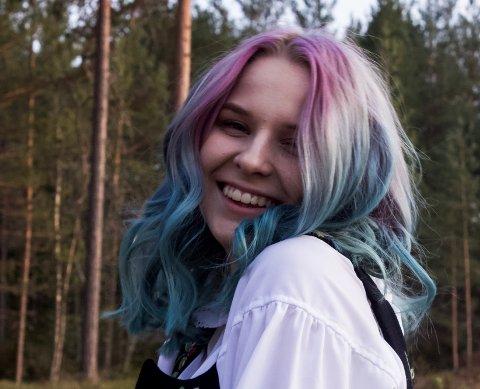 KUNSTNER: Mathilde Westby Skoglund (15) ønsker å ha sin egen kunstutstilling.