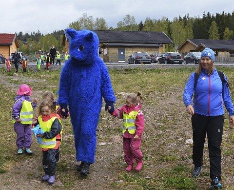 UT PÅ TUR: Barna, Turbo og Yvonne Bjerke legger ut på barnehagemarsj.
