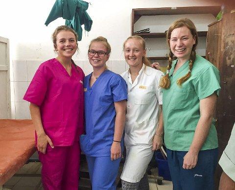 """Kamilla til venstre sammen med tre andre frivillige, inne på avdelingen """"Minor surgery""""."""