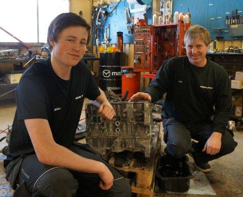 LÆRLING OG FAGVEILEDER: Bilmekanikerlærlig Mikkel Johansen fra Jaren og hans fagveileder Erik Jonassen fra Jevnaker på arbeidsplassen Roa Auto AS. Her ved en delvis demontert Mazda CX5 motor.