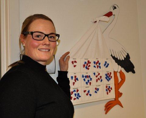 FØDSELSTAVLE: Kommunejordmor Hege Krüger med storken på helsestasjonen som viser at 38 jenter og 37 gutter ble født i Jevnaker i 2018.