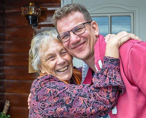 HEI FRØKEN: Ole Gulbrand Rudsengen får en god klem av sin gamle lærer.