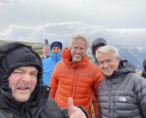 Rossnos: Tommelen opp for skylift-prosjektet. – Både når det kommer til det rent tekniske og økonomi, så er det gode tall for prosjektet. Det er fullt mulig å finansiere, kort fortalt gjennomførbart, sier ordfører Roald Aga Haug (t.v.). Til høyre for han Ola Thuen Neergaard og Martin Hauge i Norwegian Experience. Foto: Privat