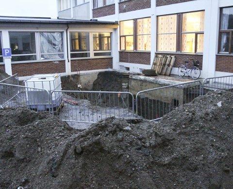 Fyringsolje: Et stort hull i bakken ved Mosjøen videregående skole avdeling Kippermoen viser der tanken lå. Nå skal massene rundt tanken analyseres for å finne ut om de må skiftes ut.  Foto: Per Vikan
