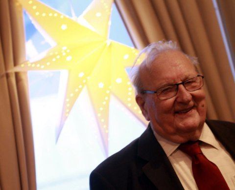 Jubilant: Kristian Halse rundet 90 år onsdag, og feiret med julekonsert med Kor uten grenser på Kulturverkstedet. – Det er kjempetrivelig å være med i koret. Men jeg må vel passe meg så jeg ikke må prøvesynge nå som jeg er blitt så gammel, smiler han.Foto: Stine Skipnes