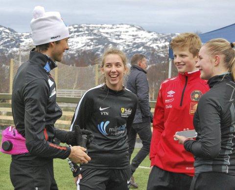 POPULÆR: Jarl Magnus Riiber snakker med utøvere fra forskjellige lag.