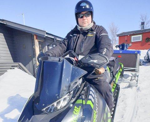 STØTTER ORDFØREREN: Leder Tom Roger Larsen i Hammerfest og Kvalsund Snøscooterforening. Foto: Privat